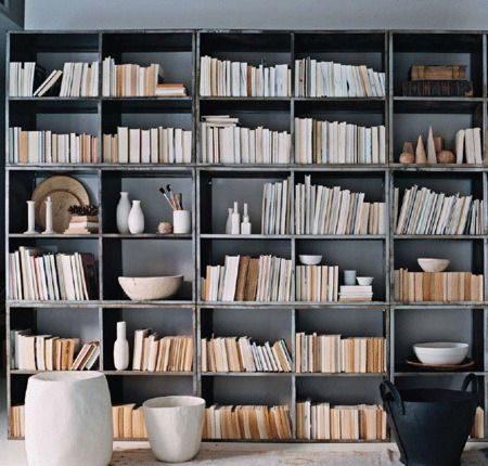 nichos de livros com lombadas escondidas