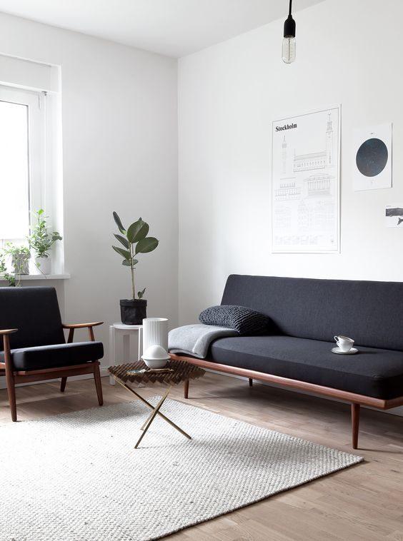 ambiente com decoração minimalista e sofá em preto