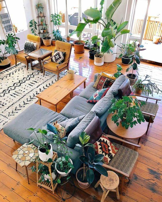 floresta urbana dentro de casa no estilo boho.