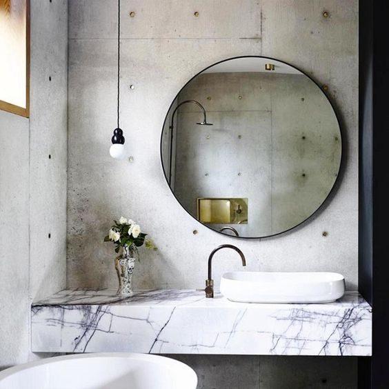banheiro high-low em concreto e mármore