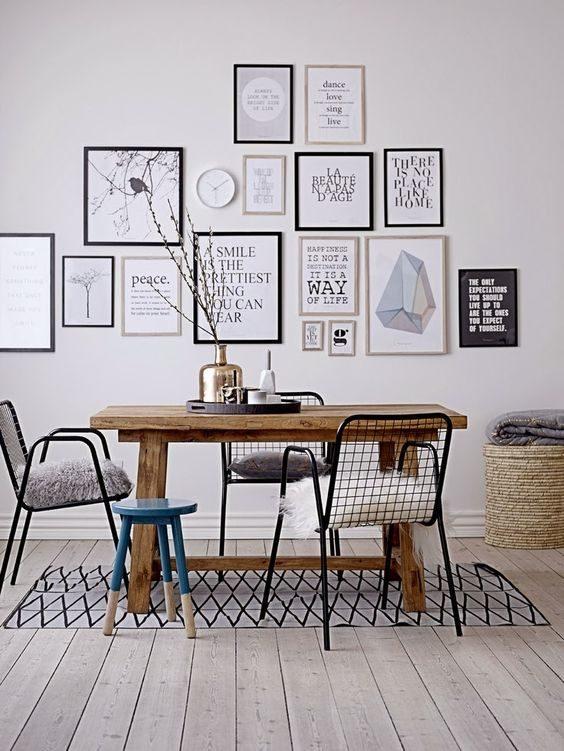 sala de jantar com parede de composição de posteres