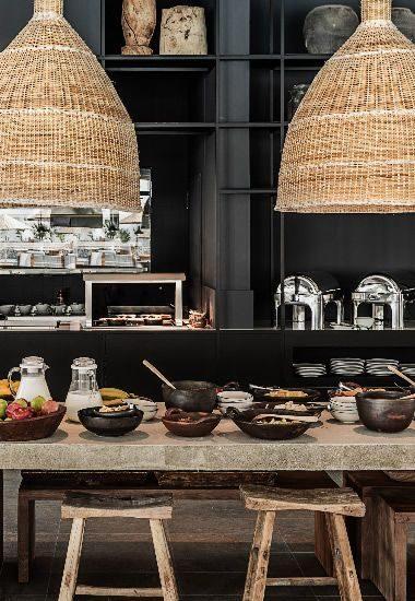 cozinha preta com mood rustico objetos de palha