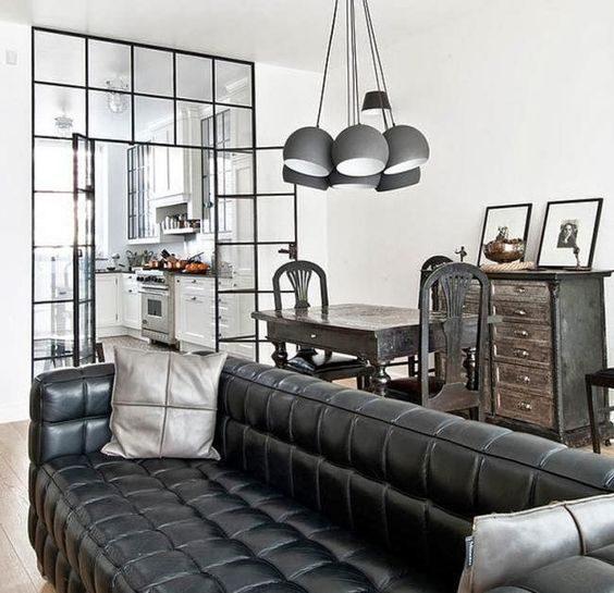 lustre multiplo preto em sala de estar