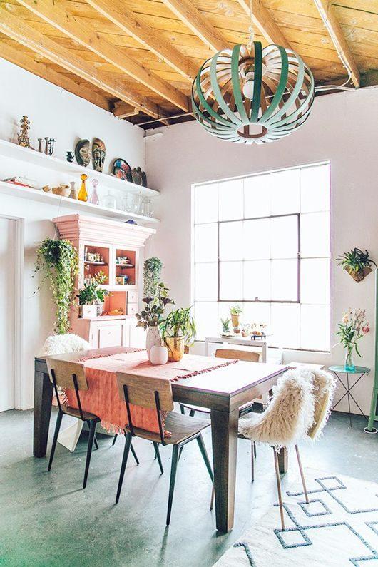sala de jantar em estilo boho jungalow style.