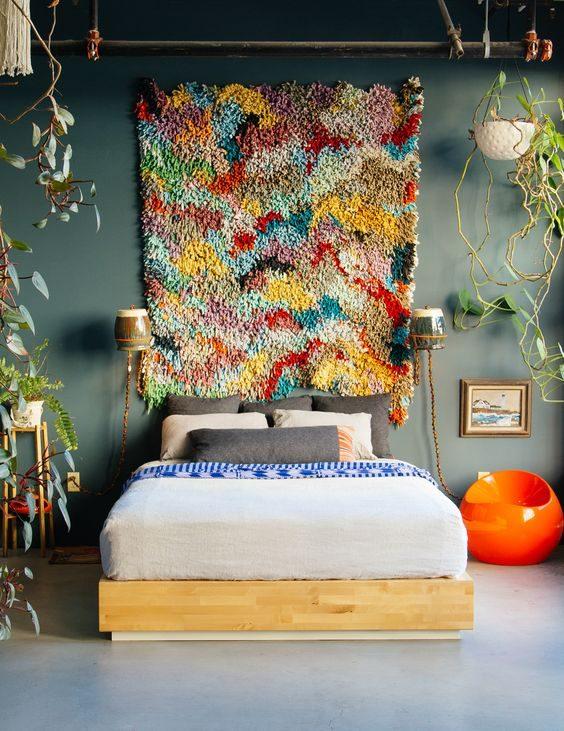 domitório com tapeçaria pendurada na parede no estilo jungalow de justina.