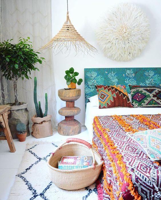 dormitório com objetos etnicos em jungalow style.