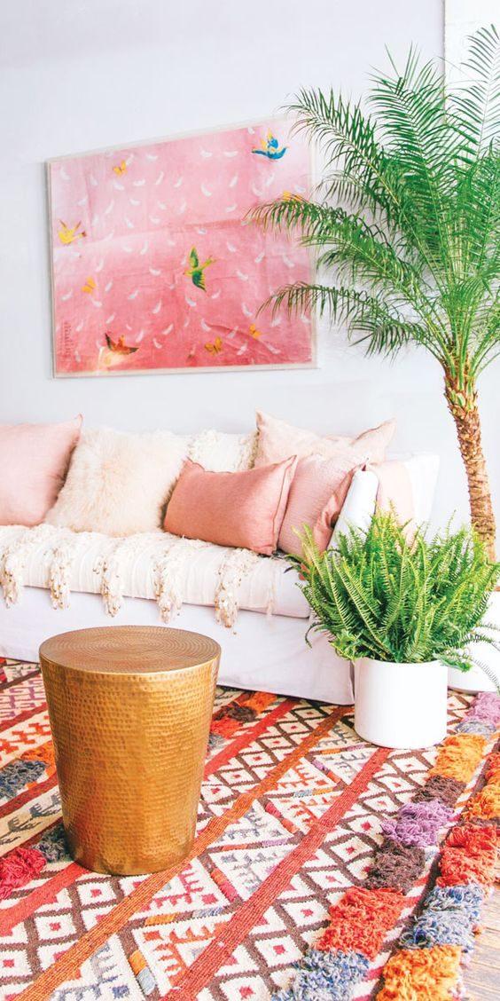 jungalow style com cores claras em sala de estar
