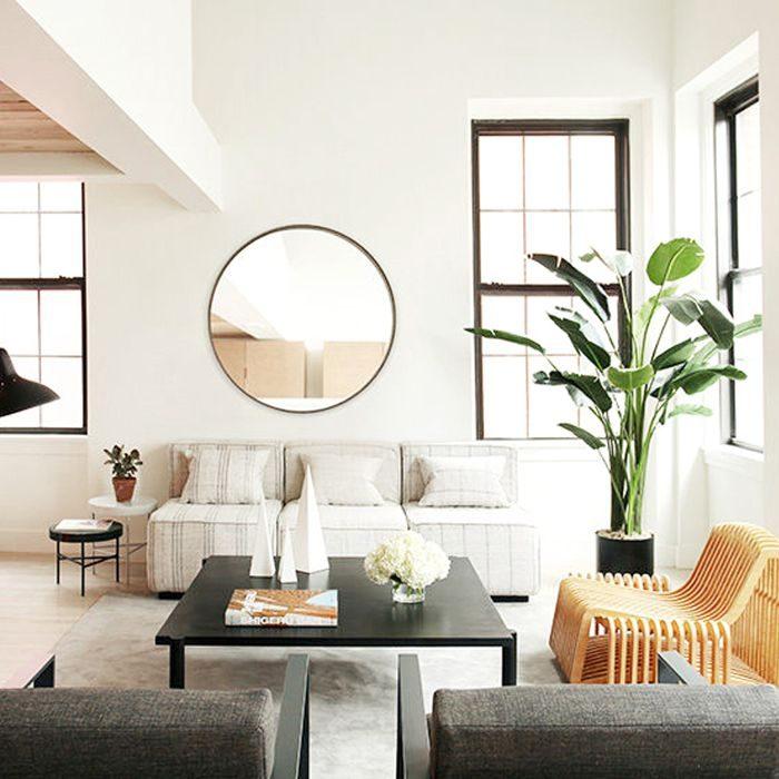 espelho redondo em cima do sofá
