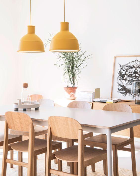 lustre duplo amarelo na sala de jantar