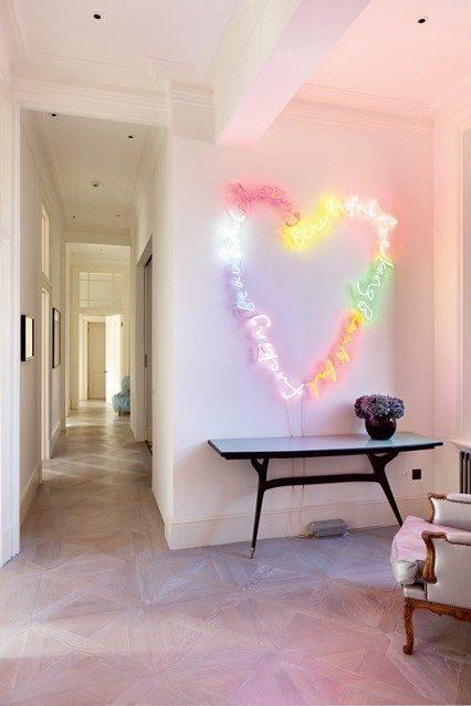luminária multicolor neon em estar