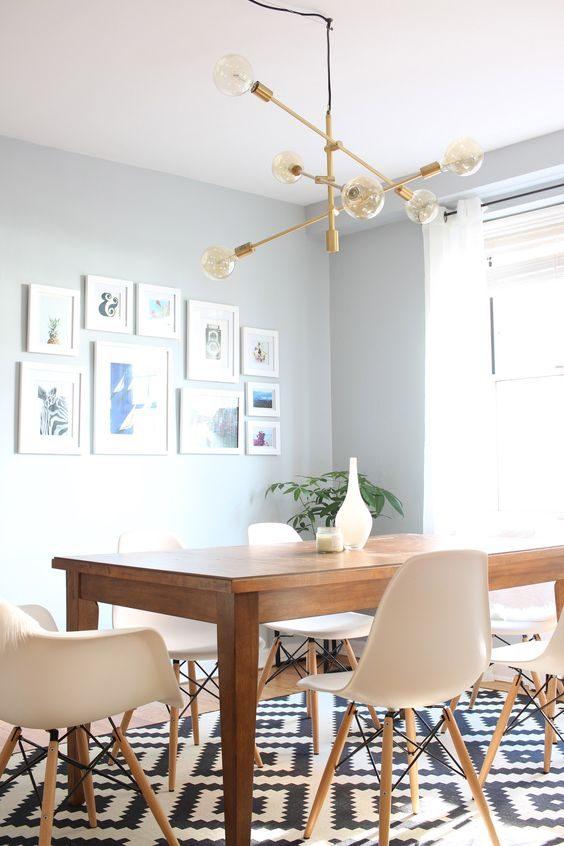 sala de jantar com lustre contemporâneo inspirado no sputnic
