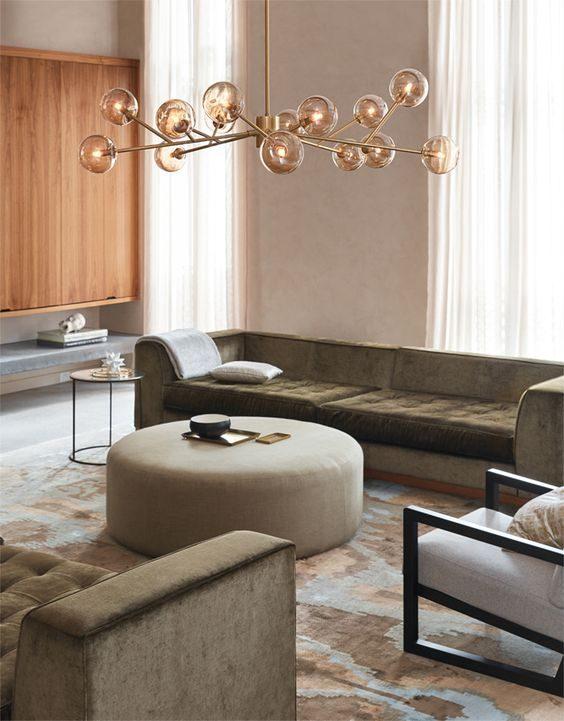 sala de estar com lustre multiplo
