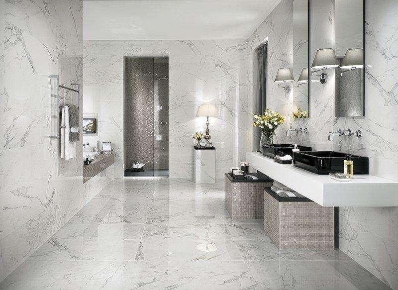 banheiro todo revestido em marmore carrara