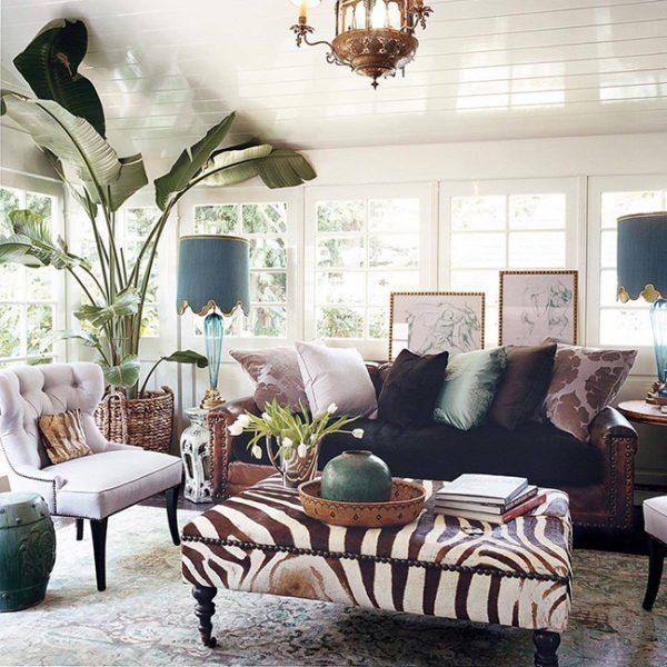 sala de estar maximalista com chaise estampada de zebra