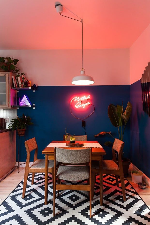 sala maximalista luminária neon