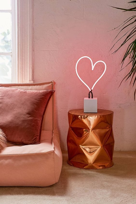 mesa lateral metalizada na cor rosé
