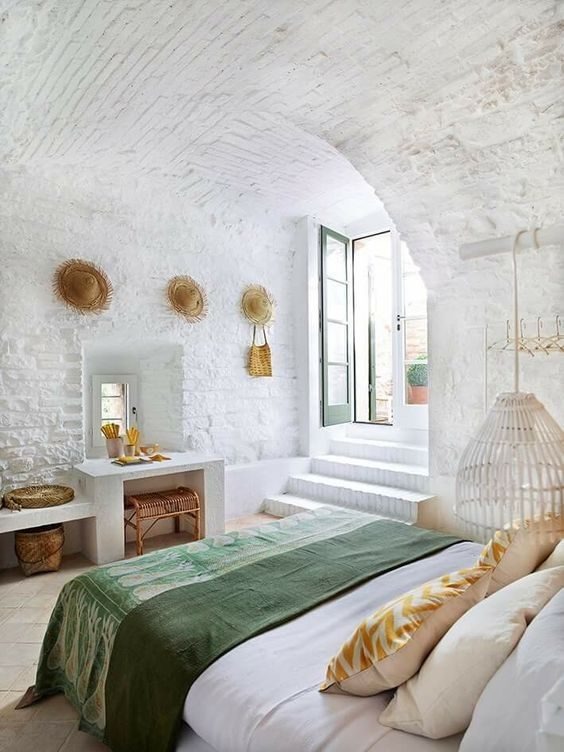 dormitório com roupa de cama neo-mint e parede em tijolinhos