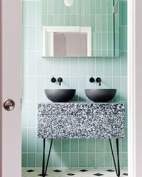 banheiro revestido de subway tiles neo-mint