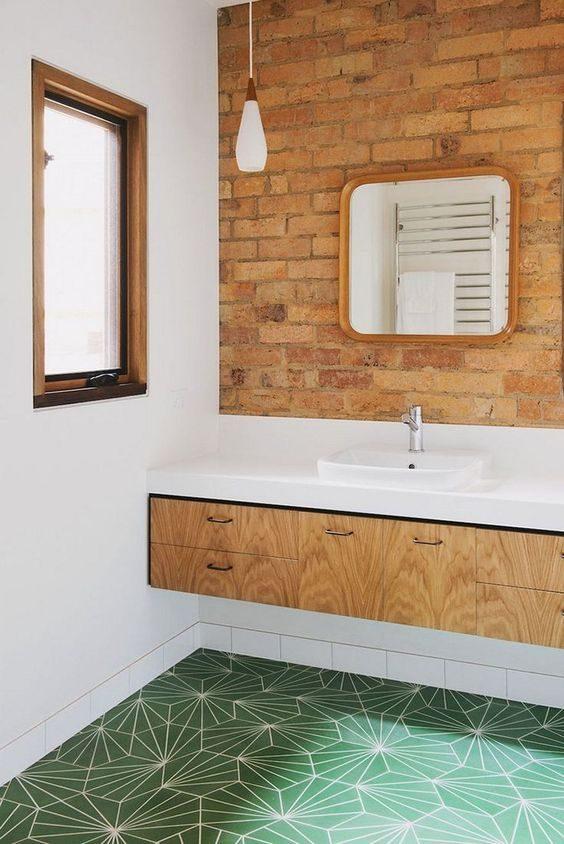 banheiro misturando tijolo a vista e cerâmica neo-mint
