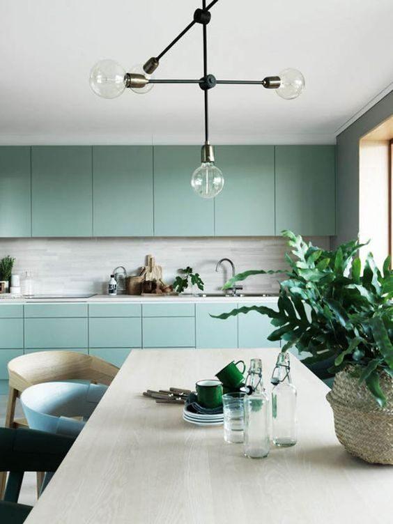 cozinha moderna mesclando verde neo-mint e dourado