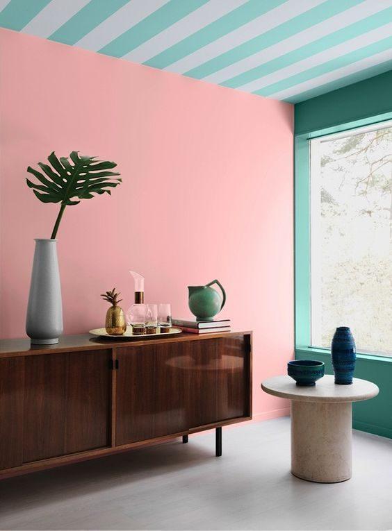 neo mint e rosa millenial misturados em sala de estar.