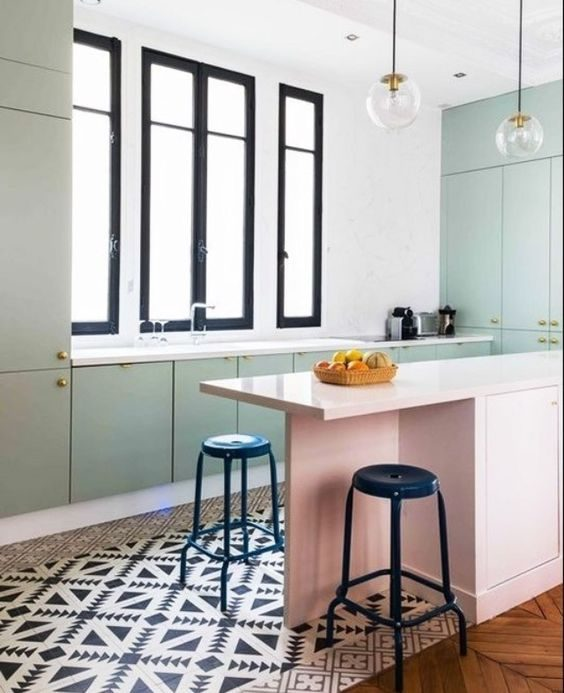 cozinha com armários rosa millenial e neo mint