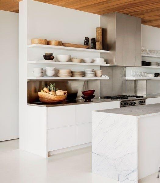 cozinha minimalista com open shelving
