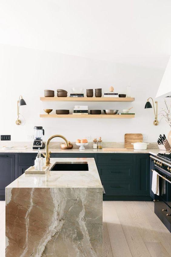cozinha com ármarios azuis e open shelving aéreo
