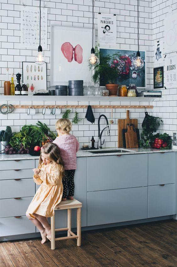 cozinha com open shelving super decorada
