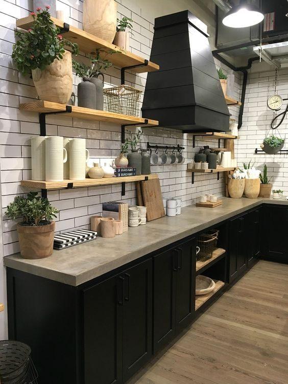open shelving decorado com cestos e vegetação em cozinha