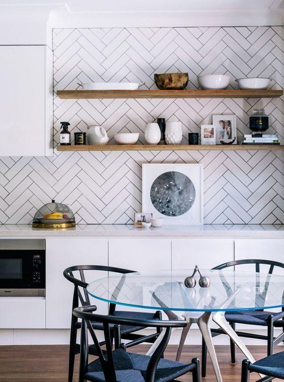 open shelvingna parte superior de cozinha