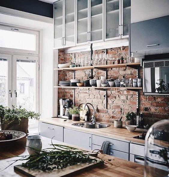 open shelving em cozinha com parede de tijolo