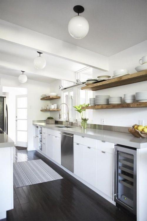 cozinha moderna com open shelving de madeira rústica