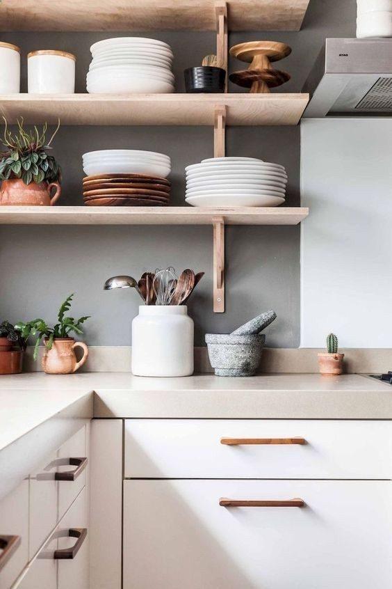 open shelving minimalista para organizar as louças