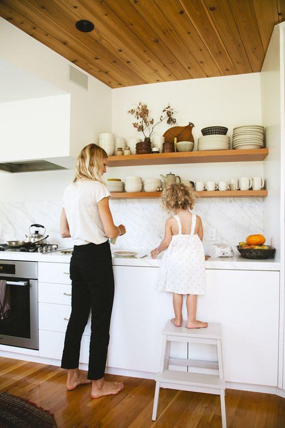 cozinha com open shelving de estilo minimalista