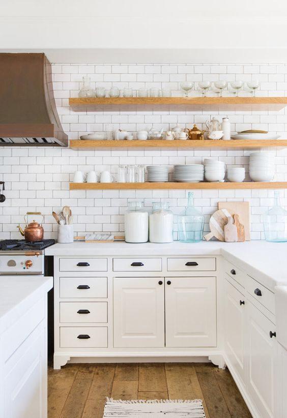 open shelving combinado com subway tile em cozinha all white