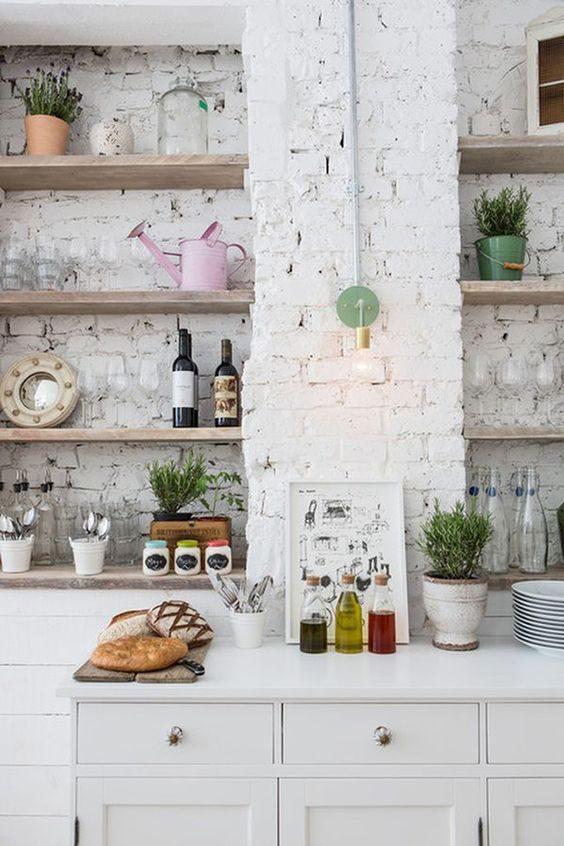 cozinha descolada com parede descascada e open shelving
