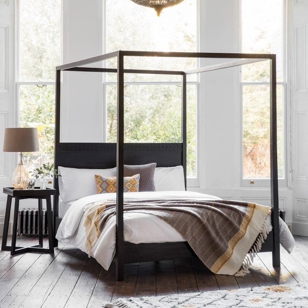 cama com dossel de madeira escura