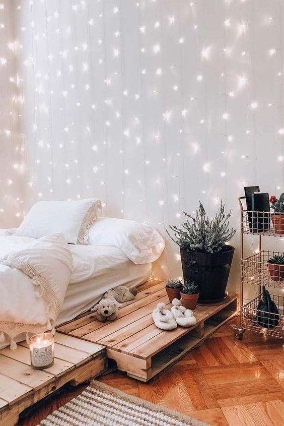 quarto com iluminação indireta feita por cortina de cordão de luz