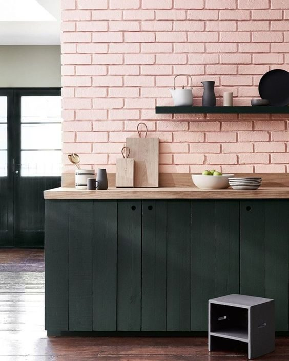 cozinha preta com móveis rústicos e parede rosa
