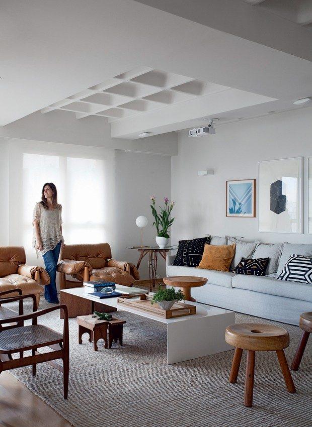 sala de estar contemporânea com poltronas mole de couro caramelo