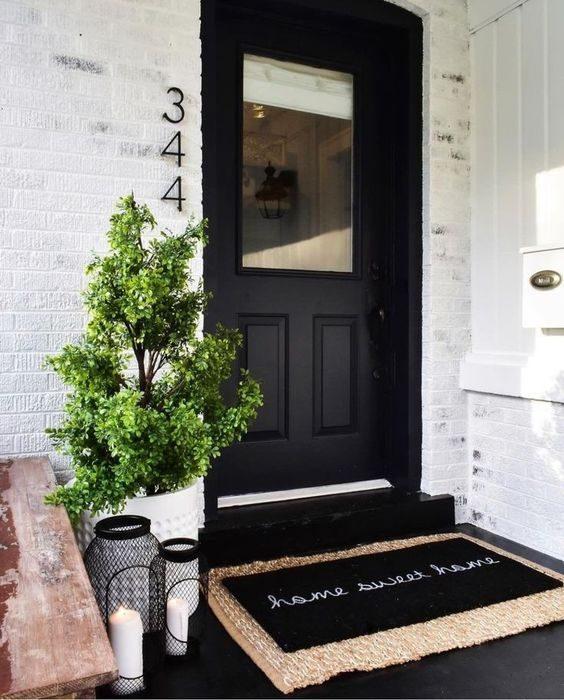 porta externa pintada de preto