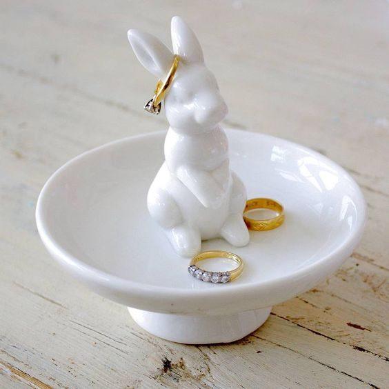 pratinho de anel com coelhinho branco