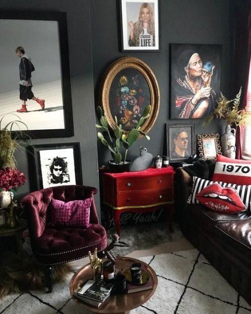 decoração intimista com ambiente pintado em preto.