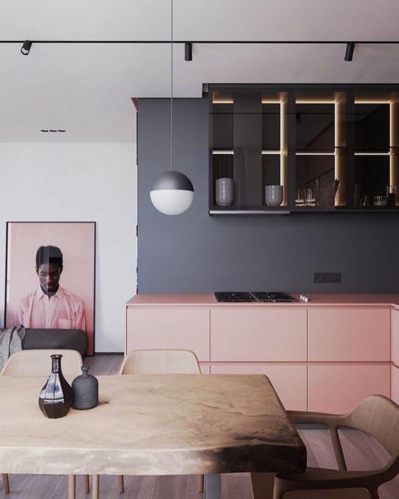 cozinha preta com itens em rosa