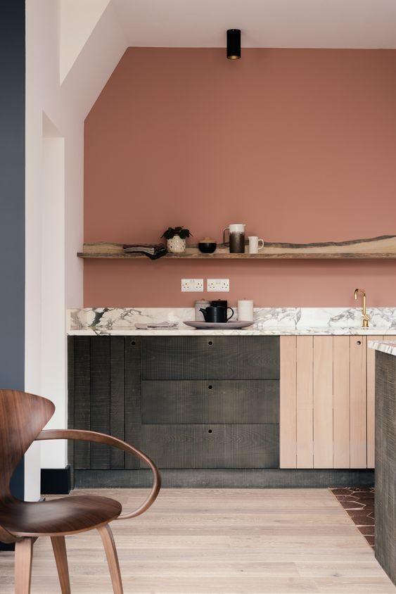 armário de cozinha preto com parede em rosa e bancada de mármore