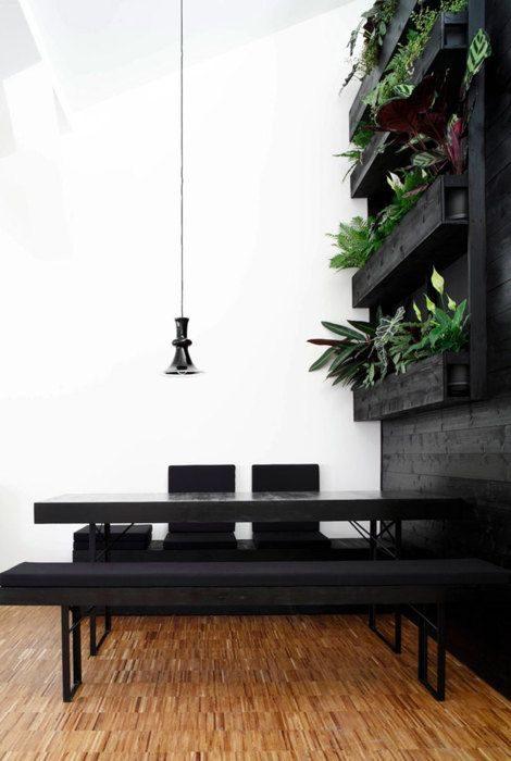 jantar com parede em preto com textura de madeira.