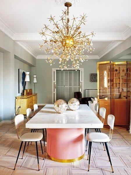 sala de jantar estilo art deco com itens metalizados