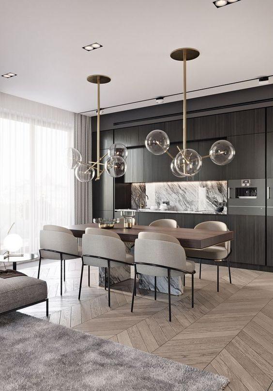 jantar com lustre metalizado e piso de madeira