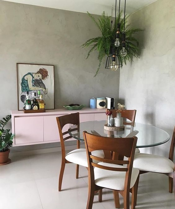 sala de jantar com samambaia suspensa e buffet rosa